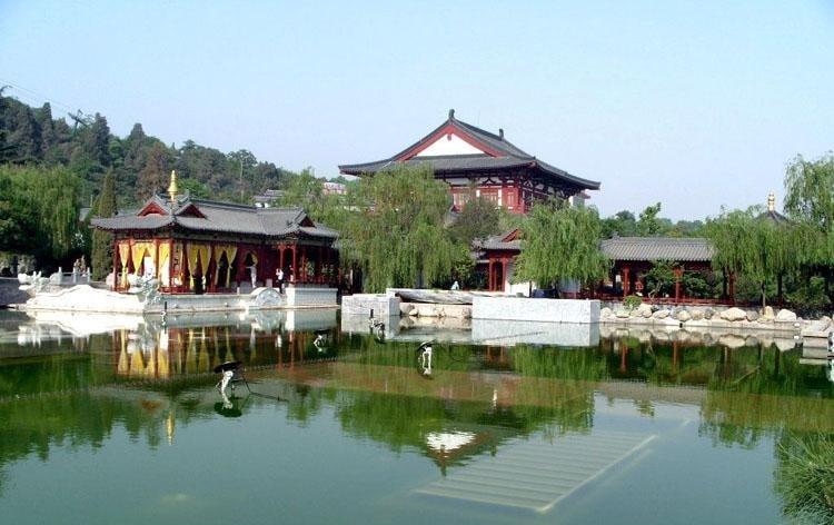 Khung cảnh trong chùa Thanh Hoa Trì