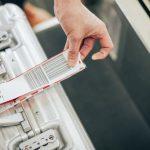 Kiểm tra thẻ tên gắn trên hành lý