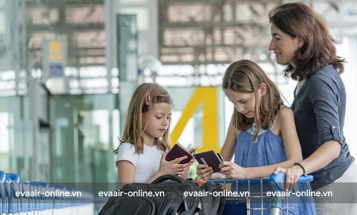 người lớn đến sân bay làm thủ tục check in cho trẻ.