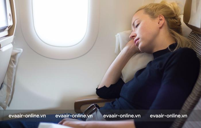 Bạn có thể ngủ một giấc trên máy bay để giảm sự sợ hãi